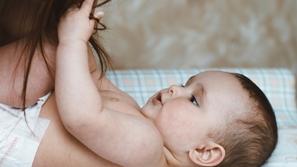 صور: حاولت إلهائه عند النوم: دمية تحول حياة أم وطفلها إلى كابوس