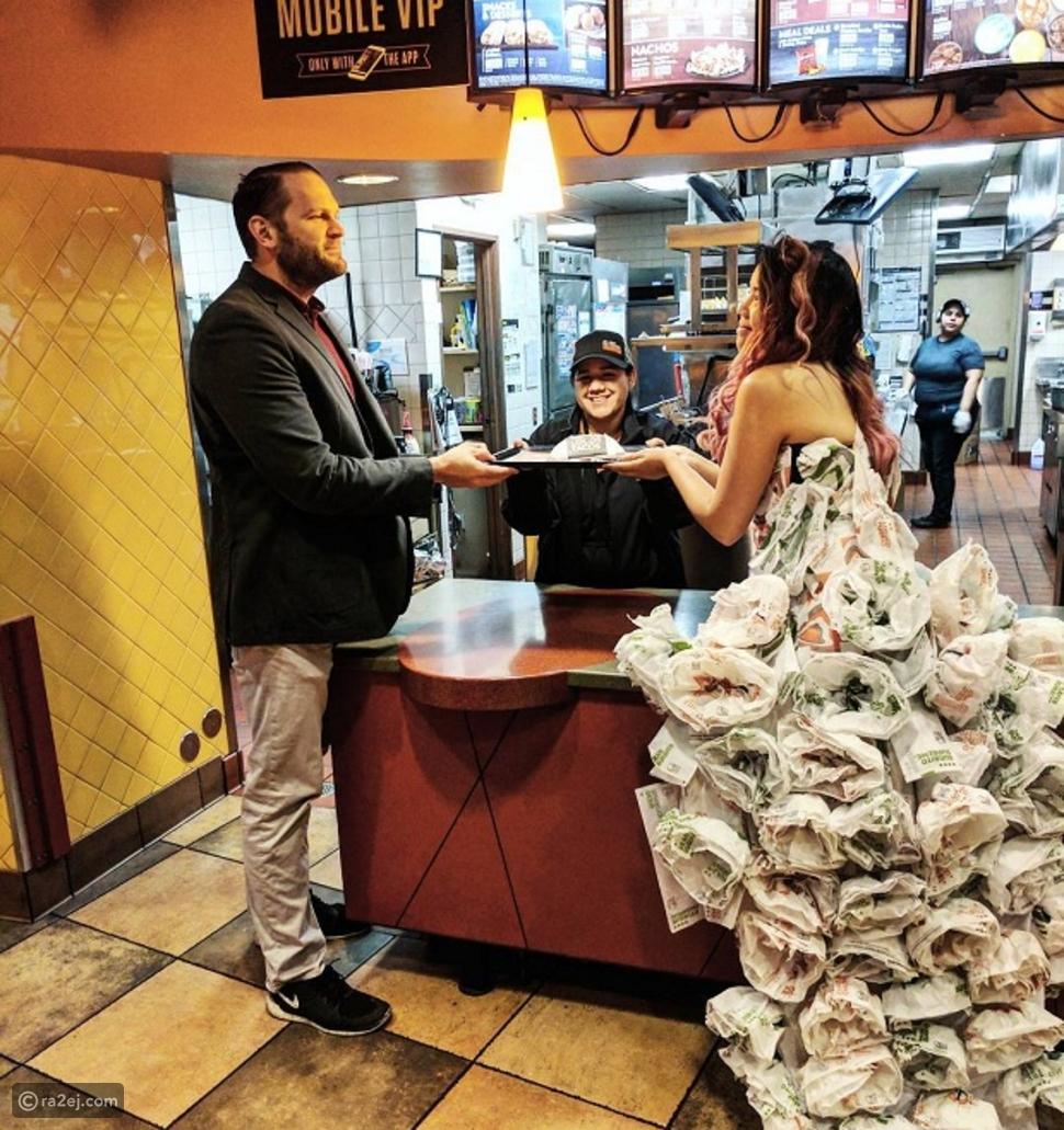 بالصور: عروس تصنع فستان زفافها بالكامل من أغلفة وجبات التاكو المكسيكية