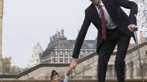 أطول رجل في العالم يحقق رقماً جديداً بسبب رضيعه الأول