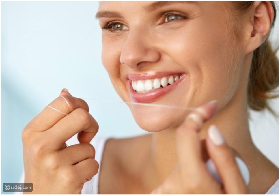 استخدام خيط تنظيف الأسنان بعد كل وجبة يساعد على تجنب رائحة الفم الكريهة