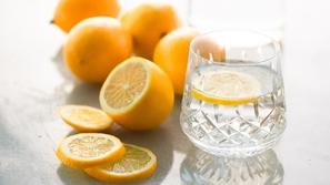 هل تناول الماء مع الليمون على الريق يساعد على خسارة الوزن حقاً؟