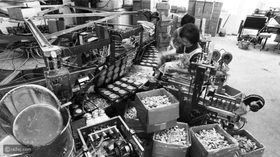 نساء يعملن في مخبز لإنتاج كعكات الحظ في سان فرانسيسكو – تاريخ الصورة 1977