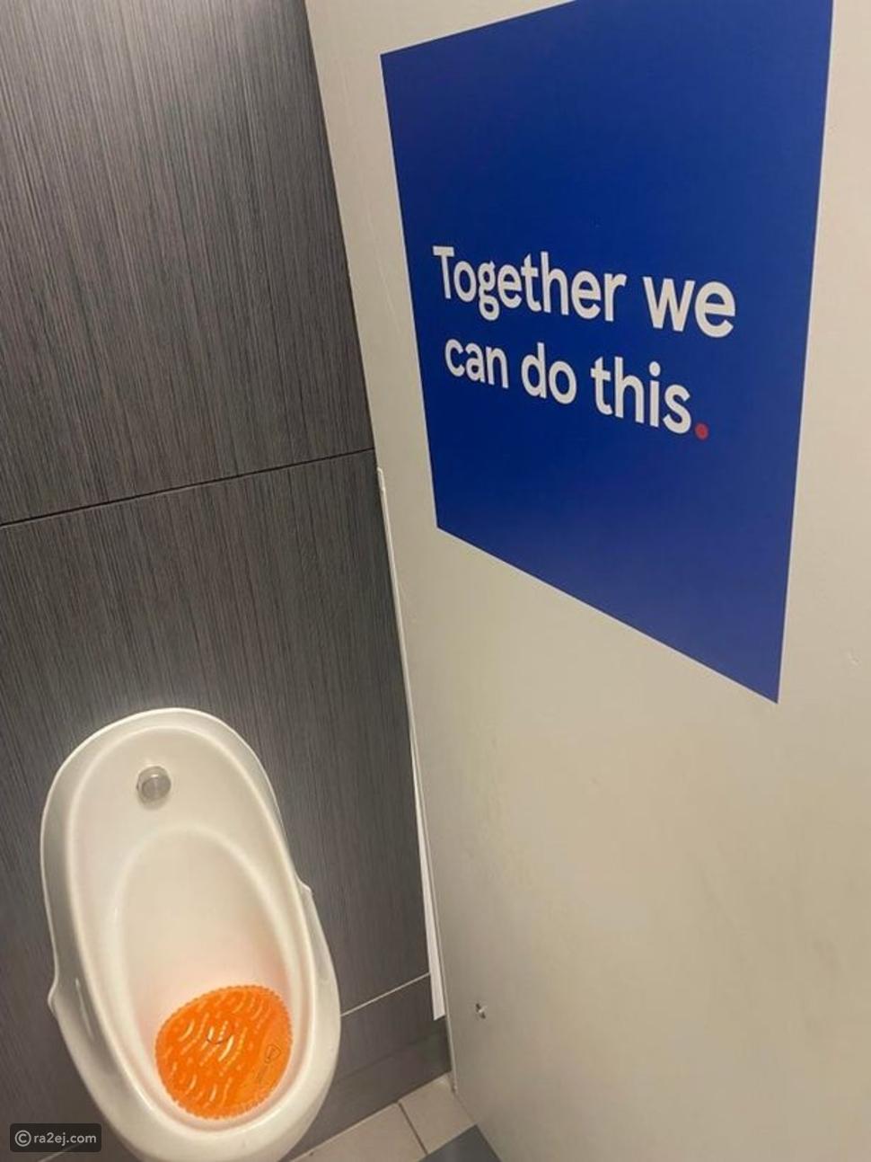 """شركة عالمية في موقف محرج بعد وضعها عبارة """"معًا نستطيع"""" داخل المرحاض"""