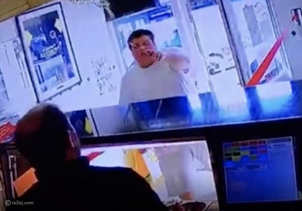 كأنه مشهد من فيلم أكشن: مراهق يقتحم مطعم من أجل شرائح البطاطس
