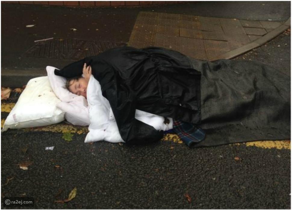 لقطات صادمة.. سيدة مسنة ترقد في الشارع 3 ساعات في انتظار سيارة الإسعاف