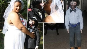 بعد أن فقدت والدها.. سبب عاطفي دفعها للزواج من دميتها الزومبي