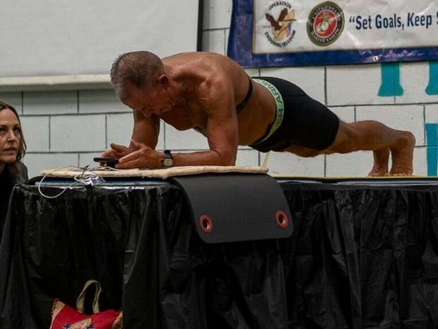 رغم بلوغه 62 عاماً: كيف حطم هذا الرجل الرقم القياسي في تمرين البلانك؟