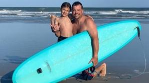 فيديو: لحظة اصطدام سمكة قرش بطفل على لوح ركوب الأمواج