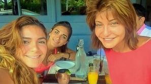 رد صادم من علا غانم على صورتها مع بناتها في ملهى ليلي