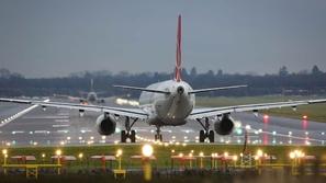 فيديو: لحظة طرد سيدتين بريطانيتين من الطائرة والسبب الإسلام