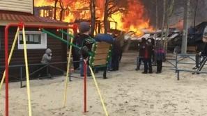 فيديو: تصرف عفوي لطفل يتأرجح بهدوء في ملعب يحترق يشعل الإنترنت