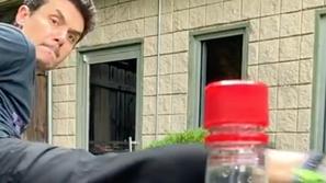 شاهد: النتائج إما مذهلة أو مضحكة.. تحدي غطاء الزجاجة يُثير جنون العالم