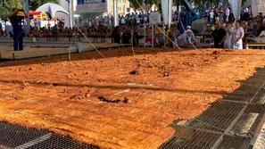فيديو وصور: وزنها 1208 كيلوغرام.. أكبر شريحة لحم في العالم