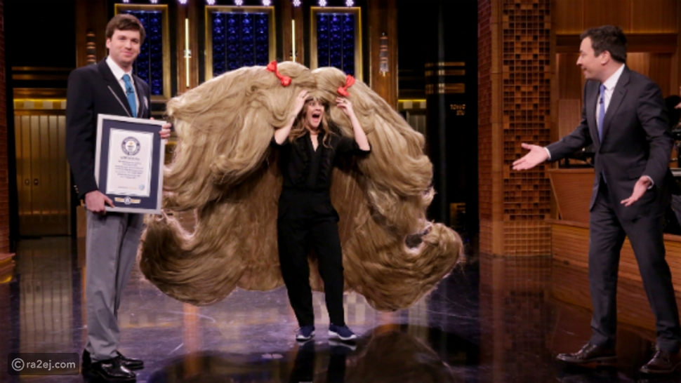 فقد ارتدت درو باريمور أكبر باروكة شعر على الإطلاق، حيث وصل عرضها إلى ما يزيد عن سبعة أقدام كاملة، لتسجل بذلك رقماً قياسياً عالمياً.
