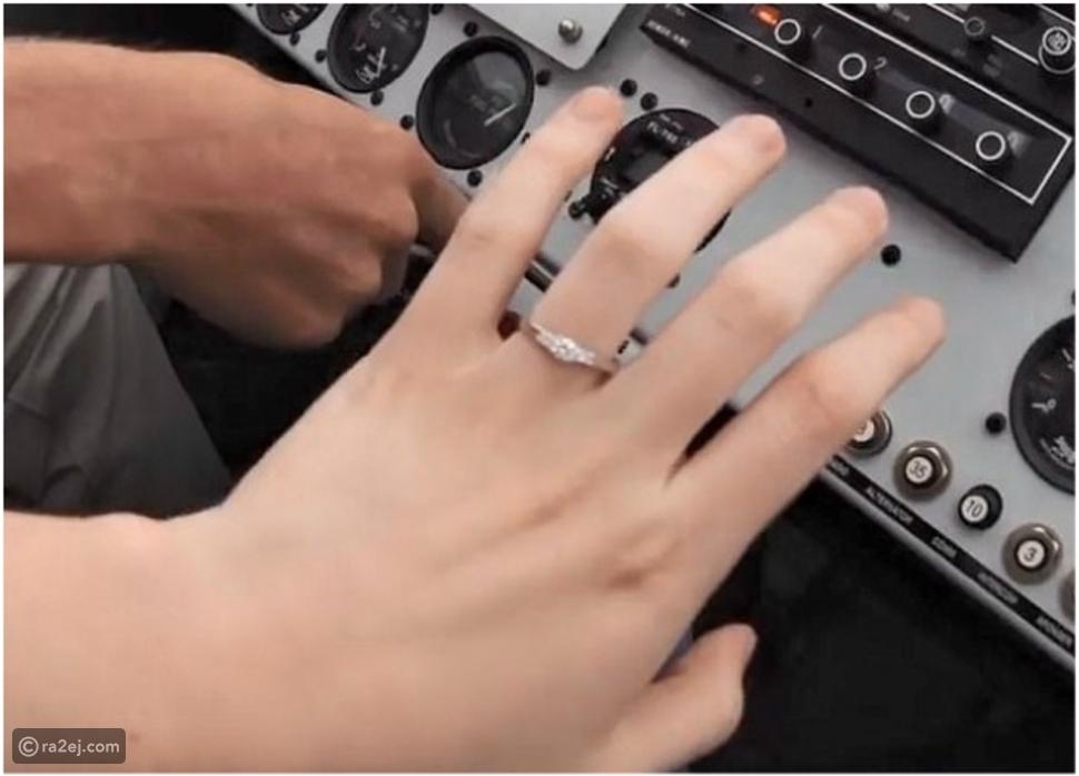شاهد بالفيديو.. شاب يطلب يد صديقته بطريقة رومانسية على متن طائرة