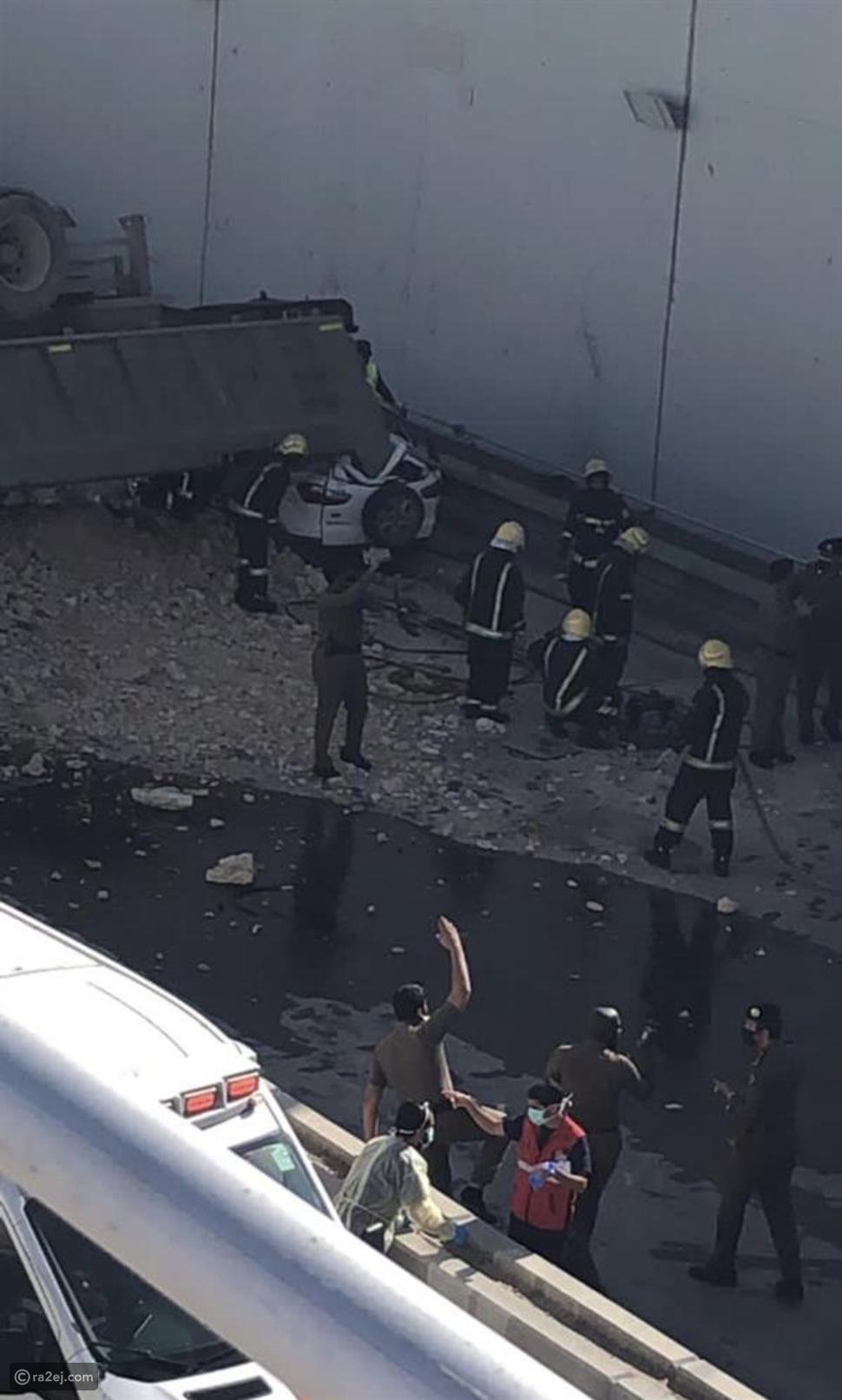 فيديو يرصد لحظة مرعبة لسقوط شاحنة عملاقة على سيارتين في الرياض
