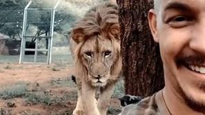 فيديو حقيقة أم خدعة: أسد ضخم ينفذ مقلب خطير في شاب دون أن يُدرك ذلك