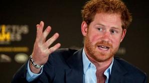 شاهدوا بالفيديو ماذا فعل الأمير هاري مع طفلة تسرق منه البوشار