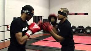 فيديو مراهق يستعرض مهاراته القتالية وهو معصوب العينين.. لقطات ستصيبك بالذهول