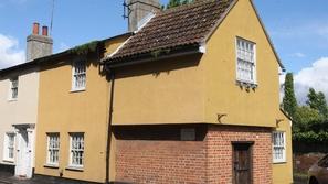فيديو وصور: بيع أكثر منزل مسكون.. هذا ما رأته صاحبة المنزل في الداخل