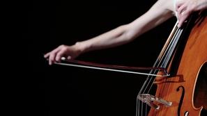 العزف بورق التواليت: حيلة فتاة لمواجهة الملل في الحجر المنزلي
