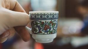 فيديو: القدر في فنجان.. هذا ما لا تعرفه عن طريقة تناول القهوة