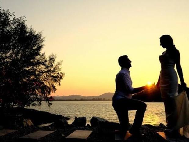برلماني يطلب الزواج من حبيبته في مكان غير متوقع