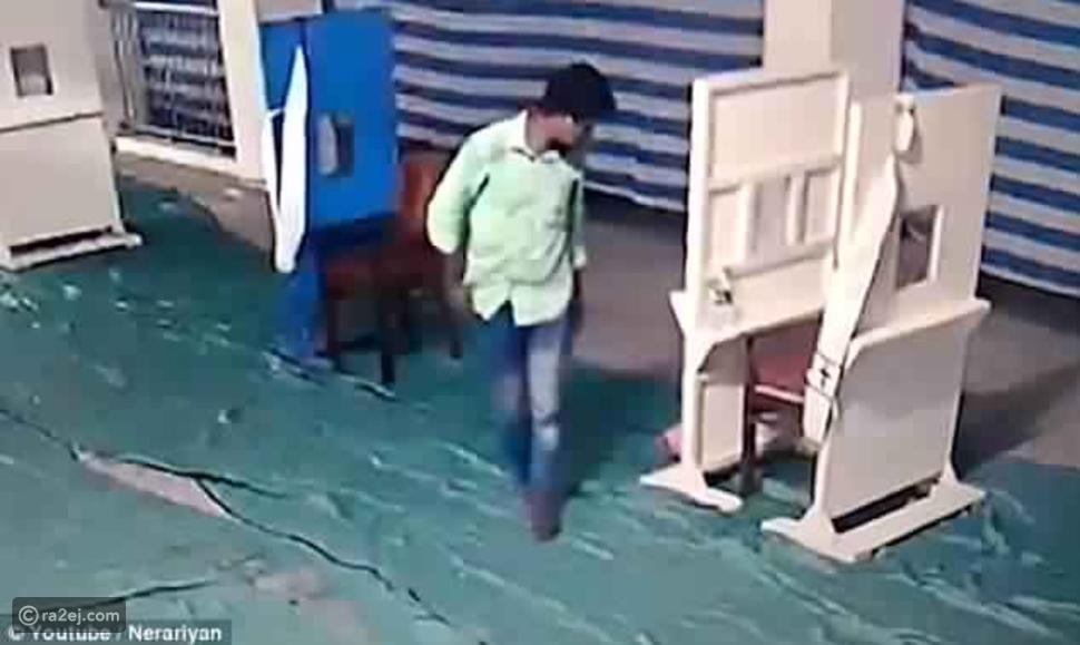 فيديو حزين: أب يقبل رضيعه ويتركه داخل كنيسة!