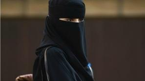 شاهد.. فتاة سعودية تستعرض مهارتها في كرة القدم بالعباءة