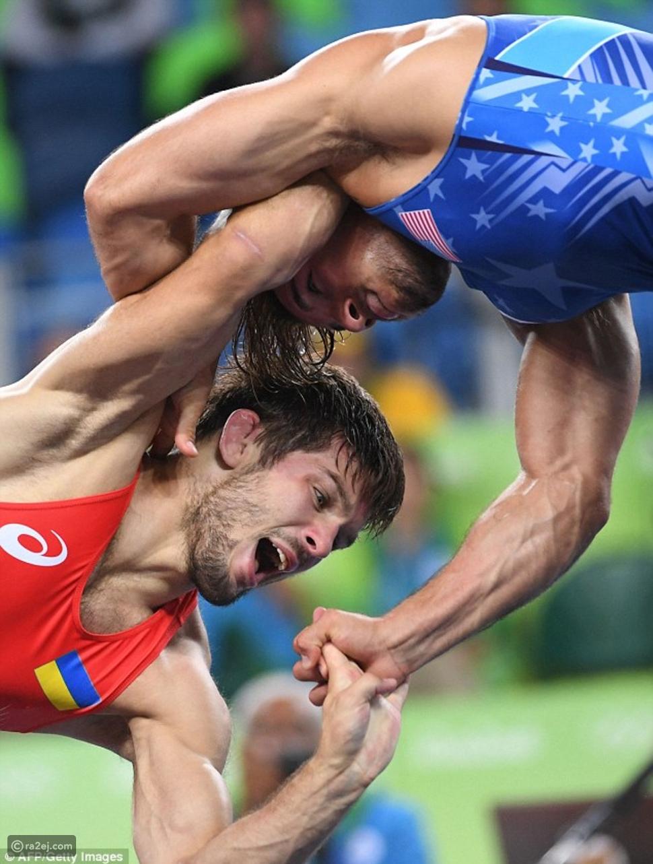 صور وفيديو مصارع أولمبي يعض ذراع منافسه على طريقة مايك تايسون!