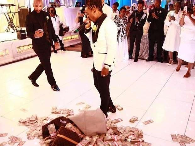 أمطر والدته بـ100 ألف دولار نقوطاً