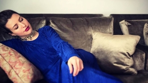 شاهد مغنية أمريكية تقرأ آية الكرسي بصوت عذب جداً: هكذا دخلت الإسلام