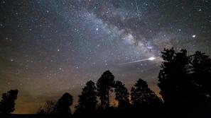 فيديو: جسم فضائي هائل يخترق السماء بكرة نارية متلونة ويصطدم بالأرض