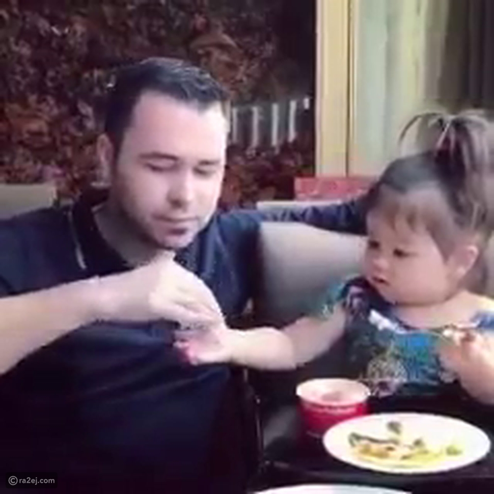طفلة تطعم والدها
