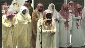 مشهد مؤثر: بكاء ودموع شيخ المسجد الحرام في أول صلاة تراويح في رمضان