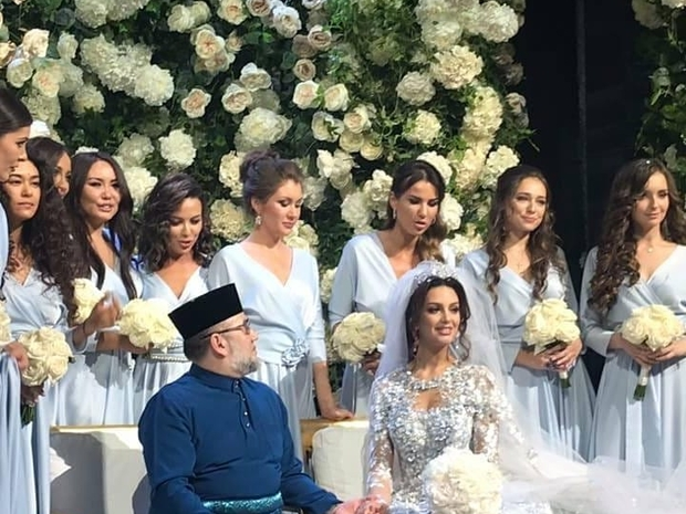 خلال حفل زفافها من ملك ماليزيا محمد الخامس