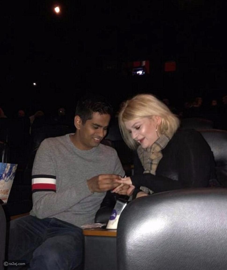 شاب يطلب يد صديقته من خلال إعلان رومانسي على شاشة السينما.. فيديو