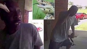 فيديو: هجوم مخيف لأفعى قاتلة تفاجئ رجلاً بلدغة في وجهه عند باب المنزل