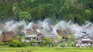 فيديو: شاهد كيف يحول الخطر قرية يابانية إلى نافورة كبيرة راقصة