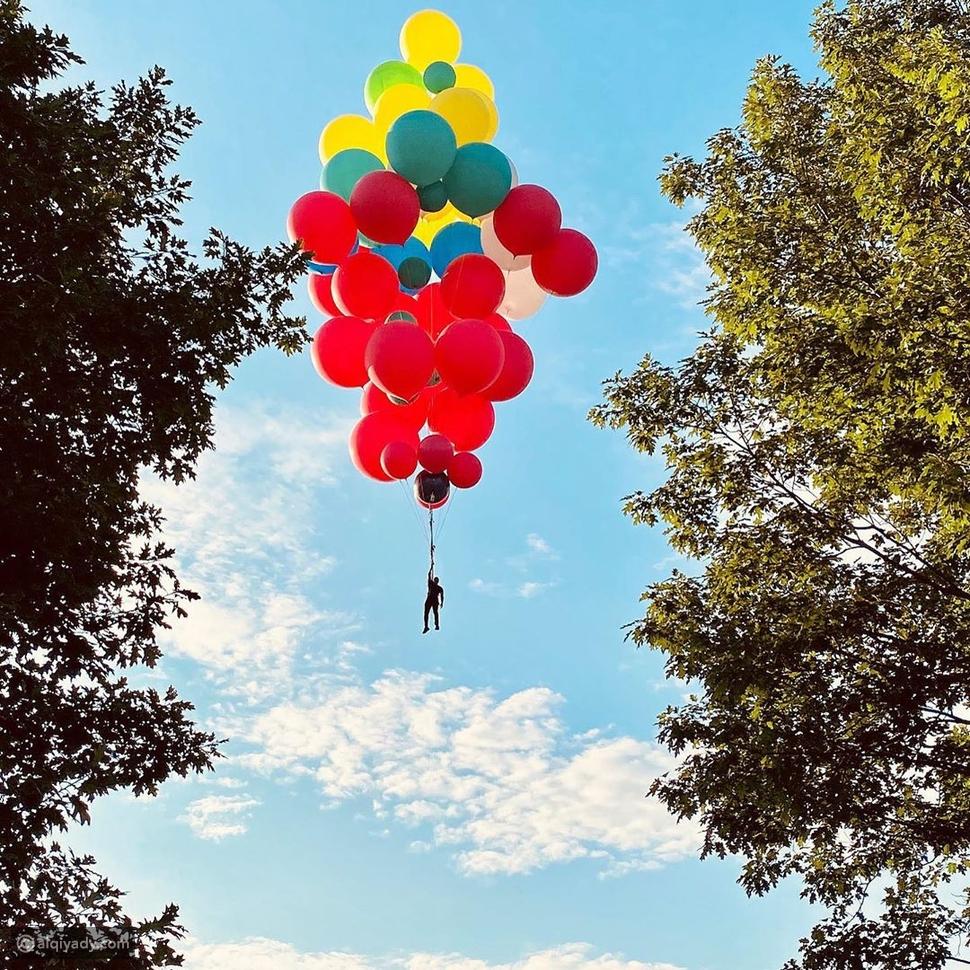 لقطات تحبس الأنفاس لشاب يطير بارتفاع 24 ألف قدم باستخدام البالونات فقط